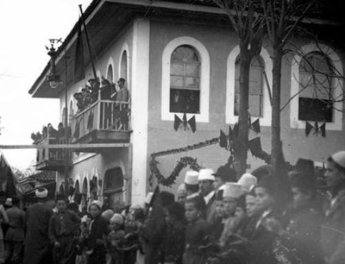 Publikohet fotoja e rrallë e ngritjes së flamurit në Shkodër në 1913-ën